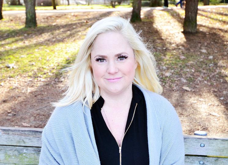 Fundadora de Talent Savant, Ingrid Johnson, con vestimenta casual, en un parque