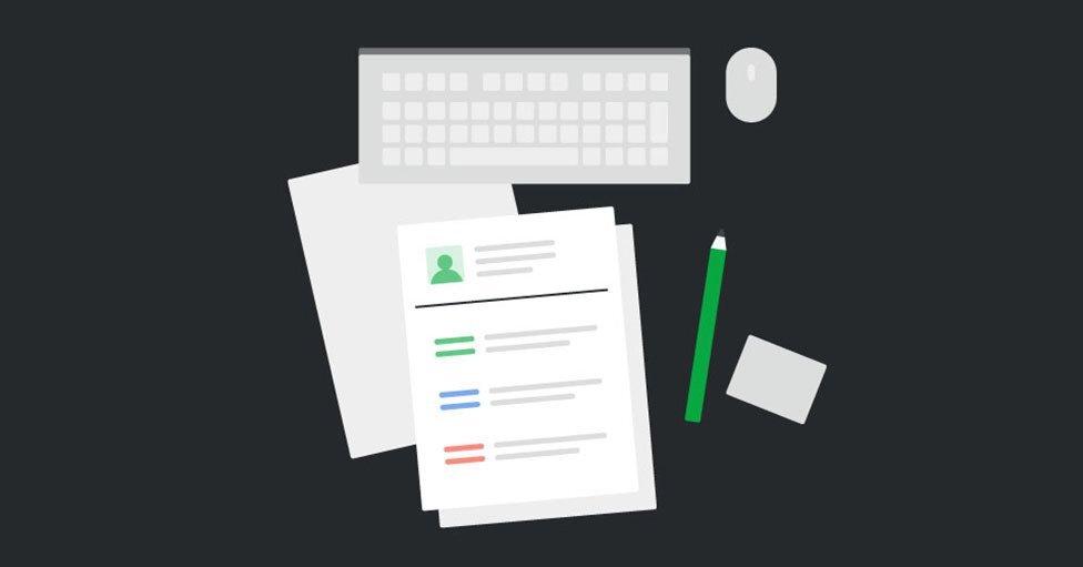 Curriculum Vitae elegante de color blanco y gris de un vendedor calificado en un escritorio negro previo a su entrevista laboral